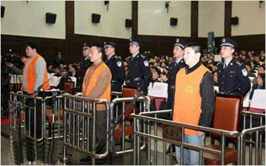 庭审中的三被告——齐新、刘力男、杨森(从右至左)